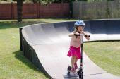 Kind in helm met scooter — Stockfoto