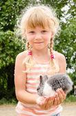 Девушка с молодой кролик кролик — Стоковое фото