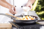 Chef putting seasoning sauce to the pan for cooking Japanese por — Foto Stock