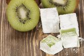 Lukum (Turkish Delight) with kiwi fruit — Stock Photo