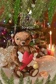 Noel kartı oyuncak ayı, yılbaşı ağacı, süs eşyaları, altın glitter, çam dalları ve tebrik metin. — Stok fotoğraf