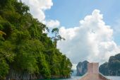 Longtail boat is parking in Cheow Lan lake, Khao Sok National Park, Thailand — Fotografia Stock