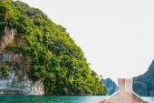 Longtail boat is parking in Cheow Lan lake, Khao Sok National Park, Thailand — Foto Stock