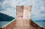 Longtail boat is parking in Cheow Lan lake, Khao Sok National Park, Thailand — Stock Photo