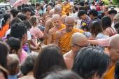 Samutprakarn, THAILAND - OCT 09 : Buddhist monks are given food offering from people for End of Buddhist Lent Day. on October 09, 2014 inSamutprakarn, Thailand. — Foto de Stock