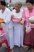 SAMUTPRAKARN, THAILAND - OCT 09 :   Buddhist monks are given food offering from people for End of Buddhist Lent Day. on October 09, 2014 in Samutprakarn,Thailand. — 图库照片