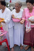 SAMUTPRAKARN, THAILAND - OCT 09 :   Buddhist monks are given food offering from people for End of Buddhist Lent Day. on October 09, 2014 in Samutprakarn,Thailand. — Foto de Stock