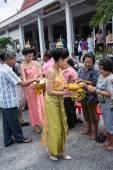 SAMUTPRAKARN, THAILAND - OCT 09 :  women dress like a thai goddess join at Buddhist monks  for End of Buddhist Lent Day. on October 09, 2014 in Samutprakarn,Thailand. — Foto de Stock