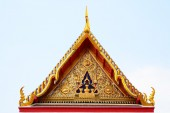 Gable roof on Thai temple wiht blue sky in Bangkok, Thailand — Stock Photo