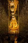 The Golden seated presiding Buddha in Church,wat Thasung in Uthai Thani, Thailand — Stockfoto