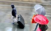 People shopping in the cityin rainy weather  motion blur — Stock Photo
