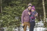 Junges paar suchen einen Weihnachtsbaum — Stockfoto