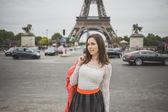 Tourist young woman at eifel tower Paris — Stock Photo