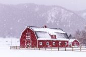 Red Barn in the Snow — 图库照片