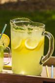 Fresh Squeezed Lemonade on the Patio — Stock Photo