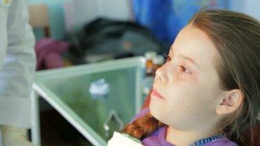 Orthodontist correcting braces — Stock Video