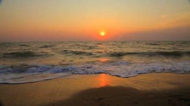 Couple Walking Along Summer Beach at Sunset — Stock Video