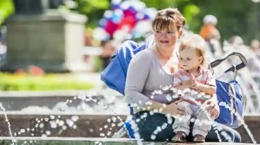 Mother And Baby Enjoying Fountains In The Park — Stockvideo