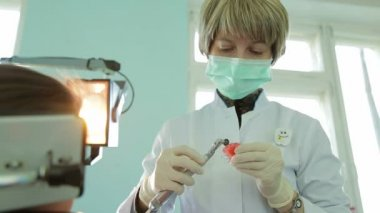 Orthodontist Filing Braces For Crooked Teeth With Special Equipment — Wideo stockowe