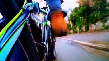 Rowerów Rider poruszające się po ulicach miasta — Wideo stockowe