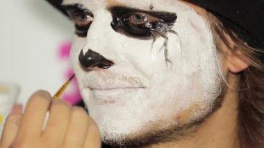 Рука художника живописи Мане черный нос на Хэллоуин — Стоковое видео