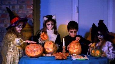 Enfants en Costumes d'Halloween joue avec les citrouilles — Vidéo