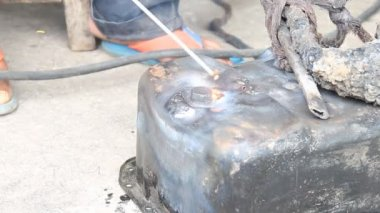 Surface Preparing The Crack of Oil Pan And Electric Welding — Stock Video