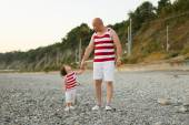 Father and little son in similar clothes look at together — Stock Photo