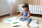 2 years toddler draws with felt pens at home — Stockfoto