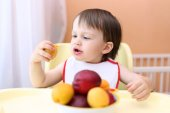 22 months baby eating peaches and apricotes — Stock Photo