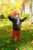 Happy toddler boy in autumn outdoors — Stock Photo