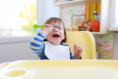Crying toddler boy dont want to eat — Stock Photo