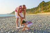 Father and 2 years son in similar clothes on the seaside — Foto de Stock