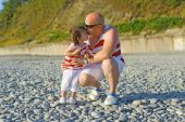Father kissing his 2 years son in similar clothes on the seaside — Stock Photo