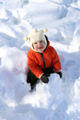 Toddler plays with snow — Stock Photo