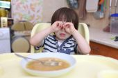 Crying little boy dont want to eat pea soup — Stock Photo