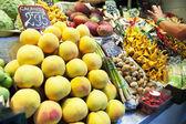 Meyve ve sebze pazarı. — Stok fotoğraf