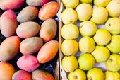 Mangos and quinces at market. — Stok fotoğraf