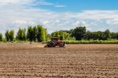 Tractor working in field agriculture. — Foto de Stock