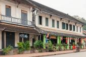 Unidentified citizens of Luang Prabang on their daily routine at central part of touristic district of the cityon October 26, 2014 Laos. Outdoor street view. Popular travel destination. — Stok fotoğraf