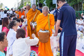 CHIANG MAI, THAILAND - May 31 : Many people give food and drink  — Stockfoto