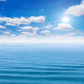 Sea and blue sky with sun — Stockfoto