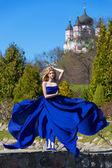 женщина в размахивая платье с летающими ткань — Стоковое фото