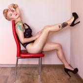 美しいボディとタトゥーとフィットネスの女性。セクシーな魅力的なブロンド. — ストック写真