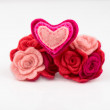 Wool heart with pink and red flowers on white background. Valentines Day greeting card. — Stok fotoğraf #62421465