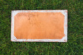 Wooden sign on the grass. Blank board for your text. Spring or summer theme for ads — Stock Photo