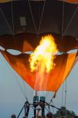 测试气球燃烧器的浮空器的人. — 图库照片