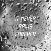 Inspirational quote with words It never rains forever on blurred natural background with water drops on window glass texture. — Stock fotografie