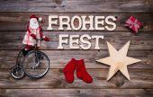 Wesołe kartki świąteczne z tekstem w języku niemieckim na drewniane tła. — Zdjęcie stockowe