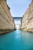 Kreuzung mit einem segel-boot oder yacht-trog den kanal von korinth — Stockfoto